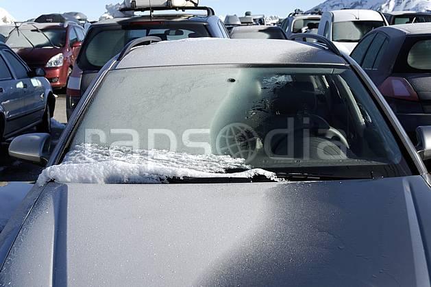 af061043LE : Givre sur un pare-brise.  Europe, EEC, car park, car, frost environment, middle mountain, transportation (France).