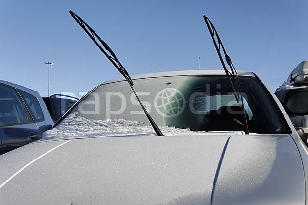 af061047LE : Givre sur un pare-brise.  Europe, EEC, car park, car, frost environment, middle mountain, transportation (France).