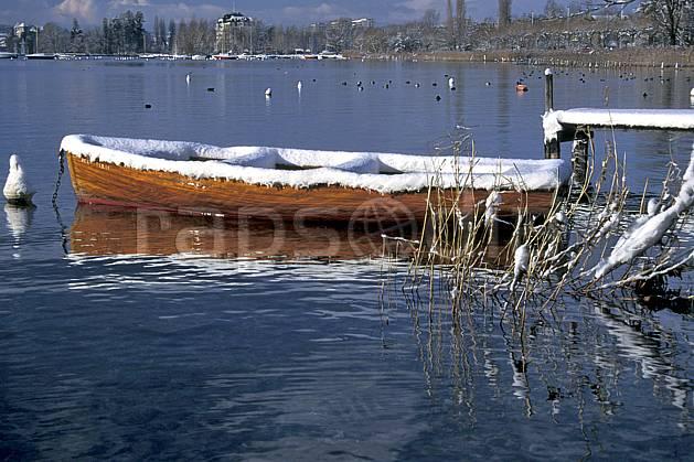 af0693-24LE : Barque, Lac d'Annecy, Haute-Savoie, Alpes.  Europe, CEE, barque, bateau, roseau, C02, C01 lac, moyenne montagne, paysage, transport, Annecy 2018 (France).