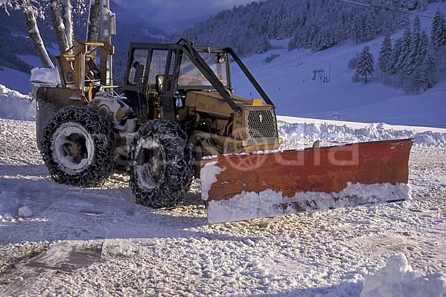 af0696-36LE : Chasse-neige.  Europe, CEE, piste de ski, tracteur, C02, C01 moyenne montagne, transport (France).