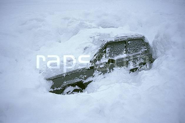 af2156-13LE : Voiture ensevelie sous la neige, Savoie, Alpes.  Europe, CEE, voiture, C02, C01 environnement, moyenne montagne, transport (France).