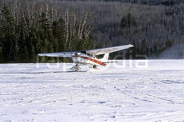 af3101-14LE : Hydravion au décollage sur un lac gelé, Hydraski.  Amérique du nord, Amérique, avion, hydravion, C02, C01 environnement, forêt, lac, moyenne montagne, transport, voyage aventure (Canada Québec).