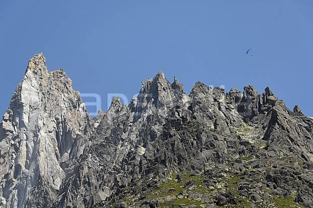 ba062915LE : Aiguille des Drus et Haute-Savoie, Alpes. parapente Europe, CEE, sport, loisir, action, sport aérien, sport extrême, sport de montagne, falaise, pic, C02, C01 haute montagne, paysage, Annecy 2018 (France).