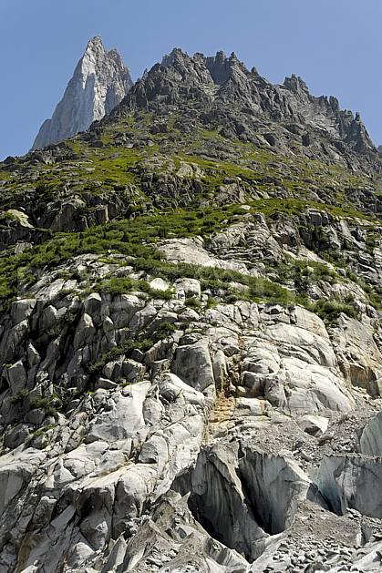 ba062917LE : Aiguille des Drus et moraine de la Mer de Glace, Haute-Savoie, Alpes.  Europe, CEE, crevasse, sérac, glacier, C02, C01 haute montagne, paysage, Annecy 2018 (France).