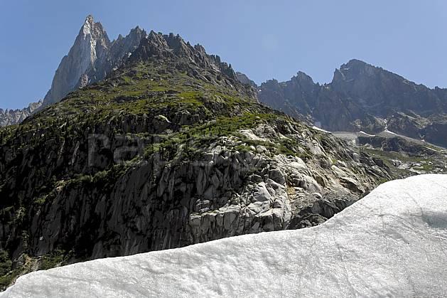 ba062918LE : Aiguille des Drus et moraine de la Mer de Glace, Haute-Savoie, Alpes.  Europe, CEE, pic, glacier, C02, C01 haute montagne, paysage, Annecy 2018 (France).