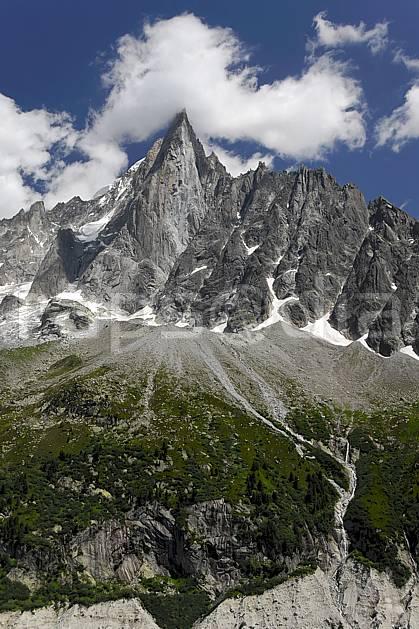 ba062926LE : Aiguille des Drus et moraine de la Mer de Glace, Haute-Savoie, Alpes.  Europe, CEE, pic, glacier, C02, C01 haute montagne, nuage, paysage, Annecy 2018 (France).