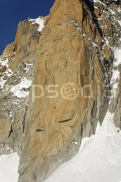 ba063606LE : Alpinistes dans la face Sud de l'Aiguille du Midi, Massif du Mont Blanc, Haute-Savoie, Alpes. escalade Europe, CEE, sport, loisir, sport extrême, action, sport de montagne, falaise, pic, cordée, C02, C01 haute montagne, paysage, Annecy 2018 (France).