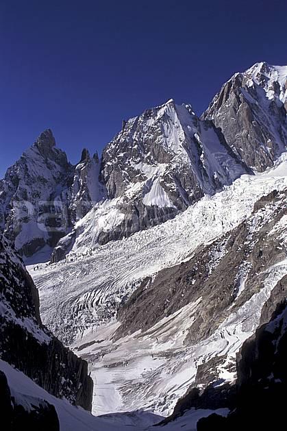 ba0857-16LE : Noire et Blanche de Peuterey, Glacier de la Brenva, Massif du Mont Blanc, Alpes.  Europe, CEE, ciel bleu, falaise, glacier, crevasse, sérac, C02, C01 haute montagne, paysage (Italie).