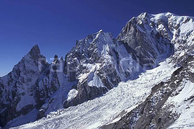 ba0858-19LE : Noire et Blanche de Peuterey, Glacier de la Brenva, Massif du Mont Blanc, Alpes.  Europe, CEE, ciel bleu, falaise, glacier, crevasse, sérac, C02, C01 haute montagne, paysage (Italie).