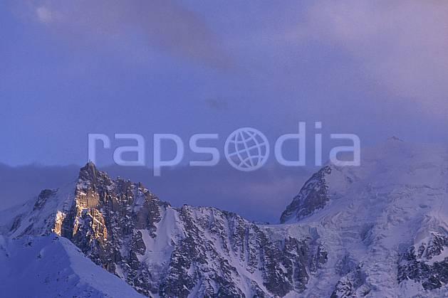 ba0879-27LE : Aiguille du Midi, Mont Blanc du Tacul, Massif du Mont Blanc, Alpes.  Europe, CEE, arête, ciel nuageux, brouillard, C02, C01 haute montagne, paysage (France).