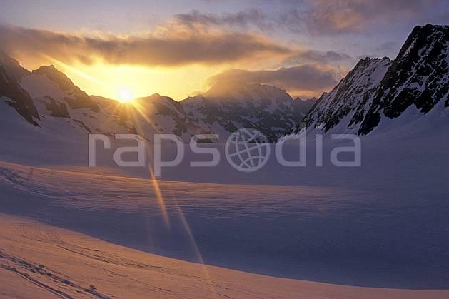 ba0977-21LE : Les Ecrins, lever de soleil sur le glacier Blanc, Oisans, Alpes.  Europe, CEE, ciel nuageux, coucher de soleil, C02, C01 haute montagne, paysage, soleil (France).