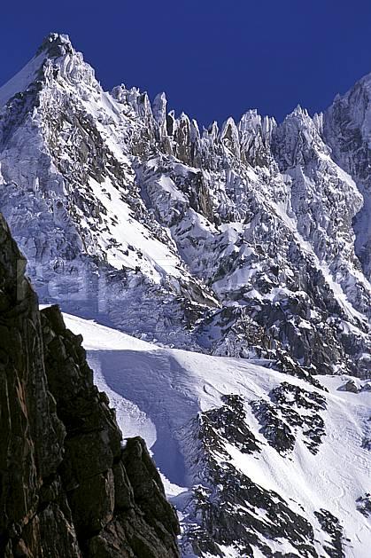 ba1143-12LE : De la Petite Verte à l'Aiguille Verte, Massif du Mont Blanc, Haute-Savoie, Alpes.  Europe, CEE, arête, ciel bleu, falaise, pic, C02, C01 haute montagne, paysage, Annecy 2018 (France).