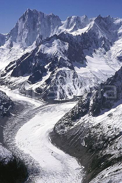 ba2031-02LE : Mer de glace, Jorasses, Massif du Mont Blanc, Haute-Savoie, Alpes.  Europe, CEE, ciel bleu, falaise, glacier, crevasse, sérac, C02, C01 haute montagne, paysage, Annecy 2018 (France).