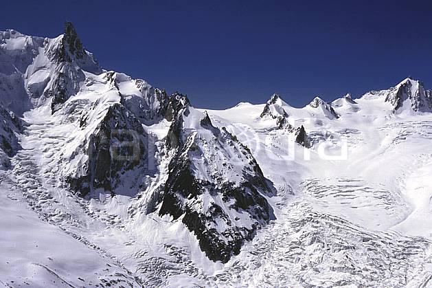 ba2031-20LE : Dent du Géant, glacier du Géant, Tour Ronde, Massif du Mont Blanc, Haute-Savoie, Alpes.  Europe, CEE, ciel bleu, falaise, glacier, crevasse, sérac, C02, C01 haute montagne, paysage, Annecy 2018 (France).
