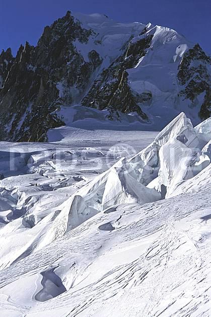 ba2356-21LE : Glacier de la Vallée Blanche, Massif du Mont Blanc, Haute-Savoie, Alpes.  Europe, CEE, ciel bleu, glacier, crevasse, sérac, C02, C01 haute montagne, paysage, Annecy 2018 (France).