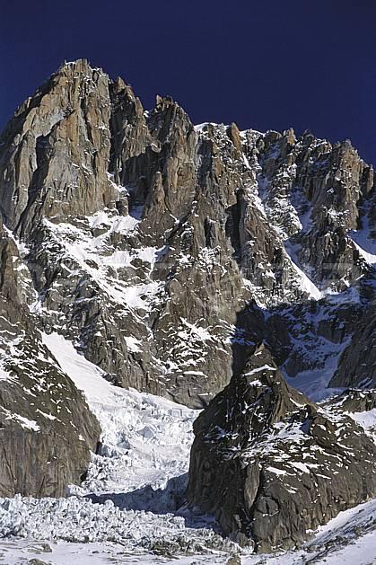 ba2819-20LE : Aiguille Verte, Charpoua, Massif du Mont Blanc, Haute-Savoie, Alpes.  Europe, CEE, arête, ciel bleu, falaise, glacier, crevasse, sérac, C02, C01 haute montagne, paysage, Annecy 2018 (France).