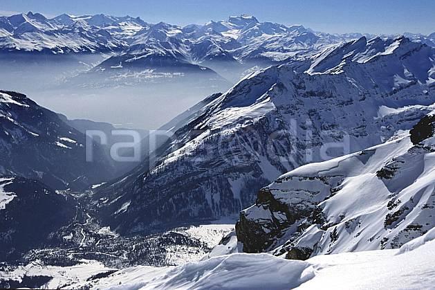 ba2821-23LE : Alpes Suisses depuis le glacier des Diablerets, Alpes.  Europe, ciel voilé, brouillard, vallée, C02, C01 haute montagne, paysage (Suisse).