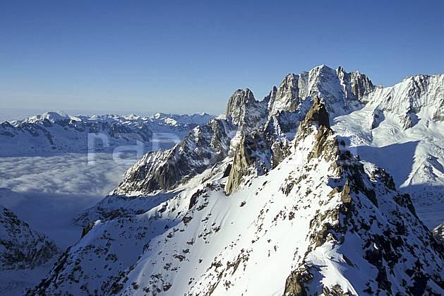 ba3208-23LE : Vallée de Chamonix, Aiguille du Tacul, Les Drus, Aiguille Verte, Massif du Mont Blanc, Haute-Savoie, Alpes.  Europe, CEE, panorama, chaine de montagnes, arête, C02, C01 haute montagne, nuage, paysage, Annecy 2018 (France).