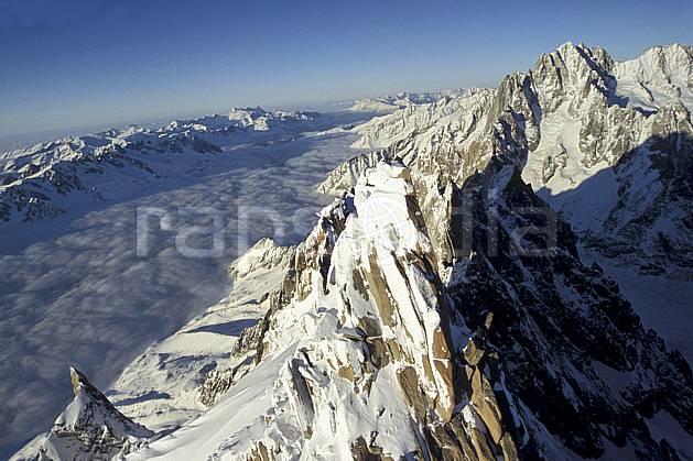 ba3209-32LE : Aiguille de Chamonix, Dru, Aiguille Verte, Aiguilles Rouges, Massif du Mont Blanc, Haute-Savoie, Alpes.  Europe, CEE, panorama, chaine de montagnes, vallée, vue aérienne, C02, C01 haute montagne, nuage, paysage, Annecy 2018 (France).