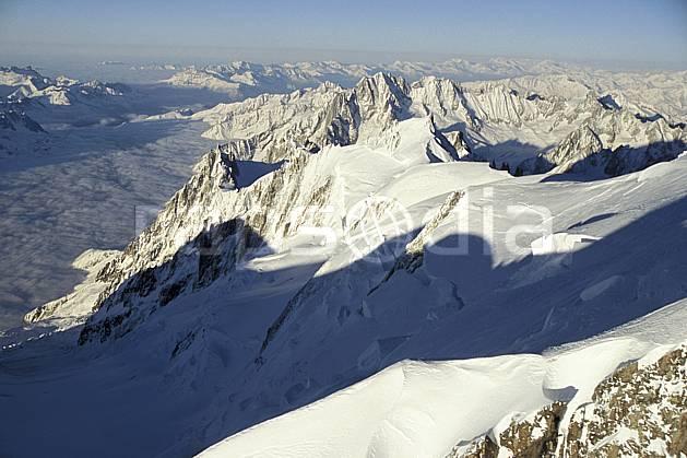 ba3210-03LE : Vallée de Chamonix, Aiguille du Midi, Tacul, pentes du Mont Blanc -Massif du Mont Blanc, Haute-Savoie, Alpes.  Europe, CEE, panorama, chaine de montagnes, vue aérienne, C02, C01 haute montagne, nuage, paysage, Annecy 2018 (France).