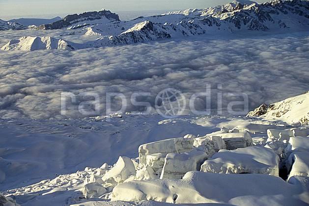 ba3211-01LE : Glacier des Bossons, vallée de Chamonix sous les nuages, Massif du Mont Blanc, Haute-Savoie, Alpes.  Europe, CEE, glacier, sérac, crevasse, mer de nuages, C02, C01 haute montagne, nuage, paysage, Annecy 2018 (France).