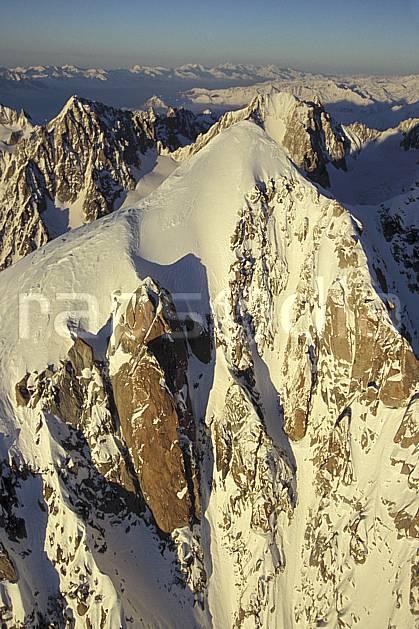 ba3211-24LE : Sommet de l'Aiguille Verte, Massif du Mont Blanc, Haute-Savoie, Alpes.  Europe, CEE, panorama, chaine de montagnes, falaise, sommet, vue aérienne, C02, C01 haute montagne, paysage, Annecy 2018 (France).