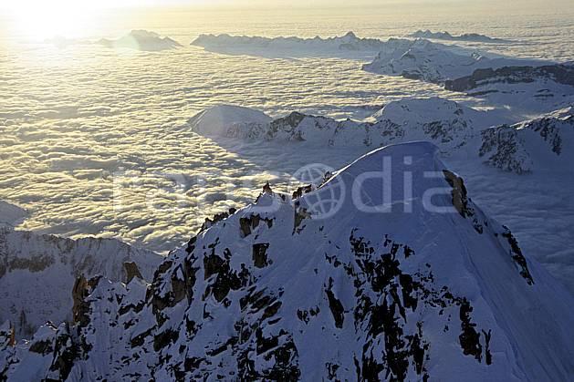ba3211-26LE : Aiguille Verte. Arrière-plan Giffre et Aravis, Massif du Mont Blanc, Haute-Savoie, Alpes.  Europe, CEE, panorama, chaine de montagnes, vue aérienne, C02, C01 haute montagne, nuage, paysage, soleil, Annecy 2018 (France).