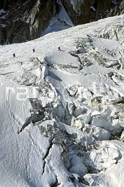 bb0301-20LE : Glacier du Géant, Haute-Savoie, Alpes. alpinisme Europe, CEE, sport, loisir, action, sport extrême, sport de montagne, crevasse, glacier, sérac, cordée, C02, C01 groupe, haute montagne, personnage, Annecy 2018 (France).