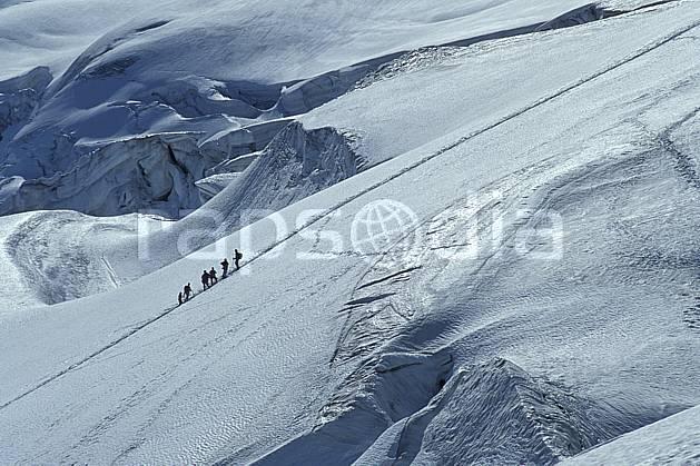 bb0301-27LE : Glacier du Géant, Haute-Savoie, Alpes. alpinisme Europe, CEE, sport, loisir, action, sport extrême, sport de montagne, ascension, complicité, confiance, cordée, C02, C01 groupe, haute montagne, personnage, Annecy 2018 (France).