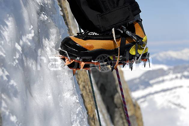 bb061245LE : Alpinisme mixte, Crampon, Alpes. alpinisme Europe, CEE, sport, loisir, action, sport extrême, sport de montagne, falaise, crampon, chaussure, corde, C02, C01 gros plan, groupe, haute montagne, homme, matériel, personnage (France).