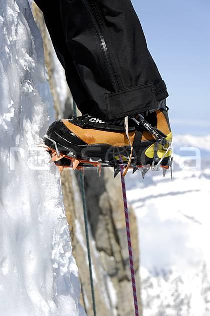 bb061246LE : Alpinisme mixte, Crampon, Alpes. alpinisme Europe, CEE, sport, loisir, action, sport extrême, sport de montagne, falaise, crampon, chaussure, corde, C02, C01 gros plan, groupe, haute montagne, homme, matériel, personnage (France).