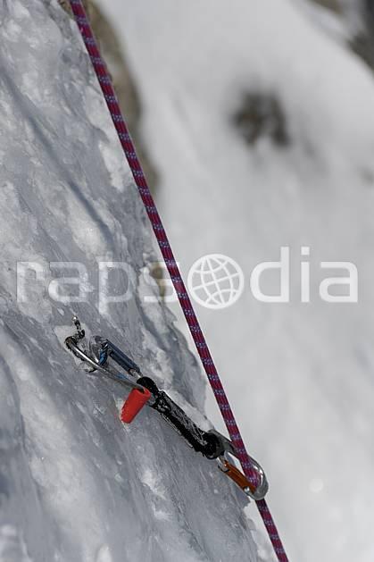 bb061247LE : Alpinisme mixte, Encrage dans la glace, Broche à glace, corde, mousqueton, Alpes. alpinisme Europe, CEE, sport, loisir, action, sport extrême, sport de montagne, falaise, dégaine, mousqueton, corde, C02, C01 gros plan, haute montagne, matériel (France).