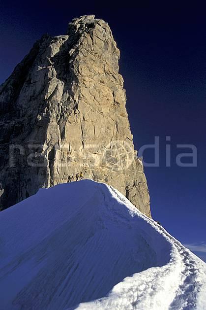 bb0624-37LE : Dent du Géant, Massif du Mont Blanc, Alpes. alpinisme Europe, CEE, sport, loisir, action, sport extrême, sport de montagne, arête, ciel bleu, falaise, pic, C02, C01 groupe, haute montagne, personnage (France Italie).