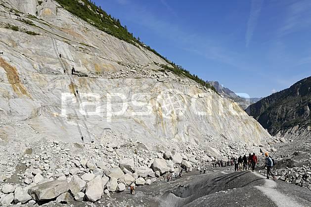 bb062783LE : Glacier de la Mer de Glace, Chamonix, Haute-Savoie, Alpes. alpinisme Europe, CEE, sport, loisir, action, sport extrême, sport de montagne, glacier, crevasse, sérac, cordée, C02, C01 groupe, haute montagne, paysage, personnage, Annecy 2018 (France).
