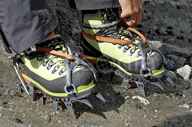 bb062787LE : Chaussage de crampons, Alpes. alpinisme Europe, CEE, sport, loisir, action, sport extrême, sport de montagne, glacier, crampon, chaussure, C02, C01 haute montagne, matériel, personnage (France).