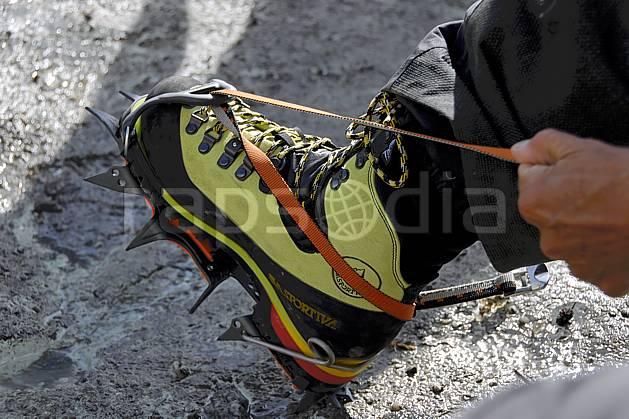 bb062788LE : Chaussage de crampons, Alpes. alpinisme Europe, CEE, sport, loisir, action, sport extrême, sport de montagne, glacier, crampon, chaussure, C02, C01 haute montagne, matériel, personnage (France).
