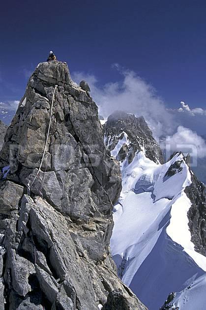bb0629-24LE : Sommet de la Dent du Géant, Massif du Mont Blanc, Alpes. alpinisme Europe, CEE, sport, loisir, action, sport extrême, sport de montagne, ciel bleu, corde, pic, sommet, C02, C01 haute montagne, homme, personnage (France Italie).