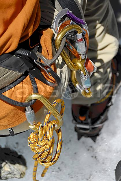 bb062907LE : Baudrier, mousquetons, anneaux de corde, Alpes. alpinisme Europe, CEE, sport, loisir, action, sport extrême, sport de montagne, glacier, sangle, mousqueton, C02, C01 haute montagne, matériel, personnage (France).