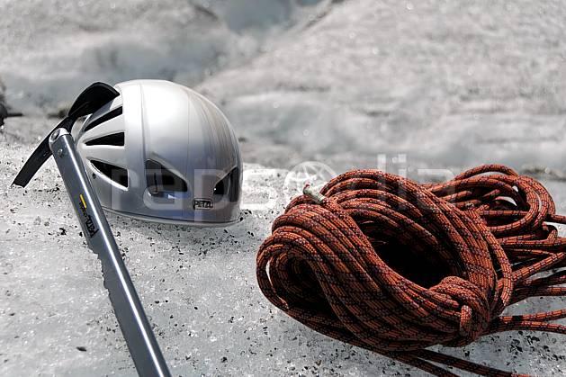 bb062910LE : Corde, piolet, casque, Alpes. alpinisme Europe, CEE, sport, loisir, action, sport extrême, sport de montagne, glacier, piolet, casque, corde, C02, C01 haute montagne, matériel, personnage (France).
