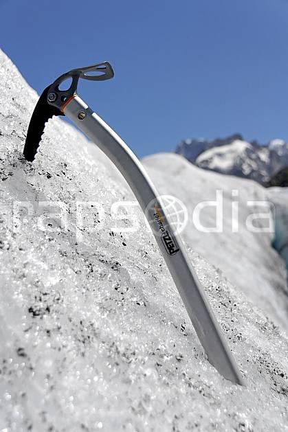 bb062911LE : Piolet, Alpes. alpinisme Europe, CEE, sport, loisir, action, sport extrême, sport de montagne, glacier, piolet, C02, C01 haute montagne, matériel, personnage (France).
