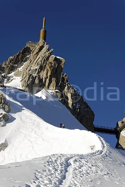 bb063590LE : Alpinistes sur l'arête de l'Aiguille du Midi, Massif du Mont Blanc, Haute-Savoie, Alpes. alpinisme Europe, CEE, sport, loisir, action, sport extrême, sport de montagne, arête, descente, pont, refuge, pic, C02, C01 haute montagne, paysage, personnage, Annecy 2018 (France).