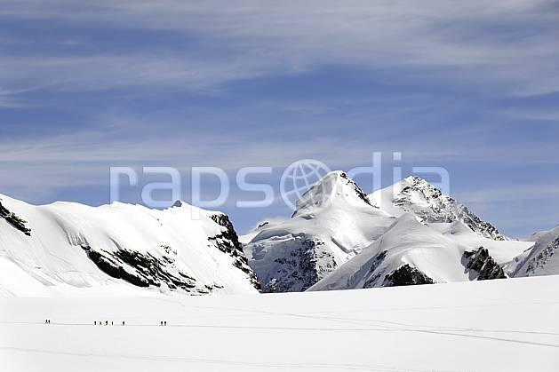 bb072098LE : Vue sur Castor et Polux et cordées d'alpinistes montant au Breithorn, depuis les pistes de Cervinia, Alpes. alpinisme Europe, CEE, sport, loisir, action, sport extrême, sport de montagne, trace, C02 haute montagne, paysage, personnage (Italie).