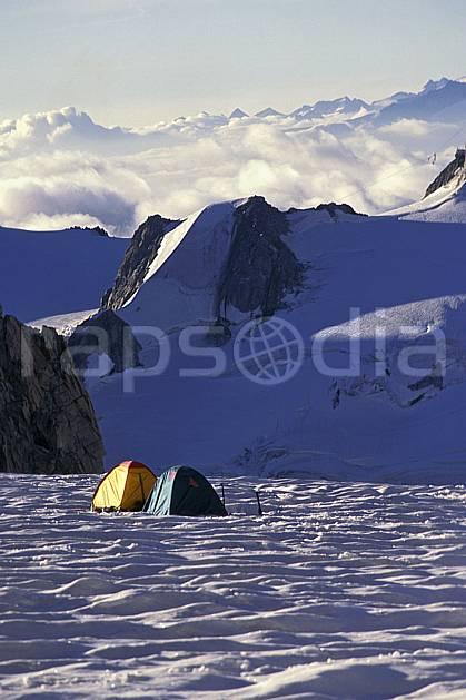 bb0811-21LE : Col du Midi, Massif du Mont Blanc, Haute-Savoie, Alpes. alpinisme Europe, CEE, sport, loisir, action, sport extrême, sport de montagne, ciel voilé, tente, C02, C01 bivouac, haute montagne, nuage, paysage, Annecy 2018 (France).