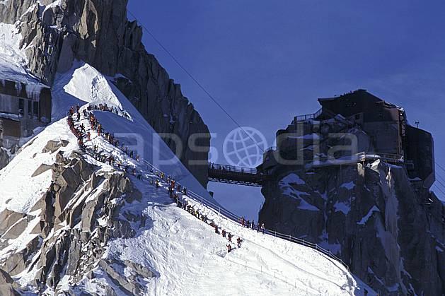 bb2356-20LE : Aiguille de midi, Massif du Mont Blanc, Chamonix, Haute-Savoie, Alpes. alpinisme Europe, CEE, sport, loisir, action, sport extrême, sport de montagne, arête, ciel bleu, pont, C02, C01 environnement, groupe, haute montagne, personnage, Annecy 2018 (France).