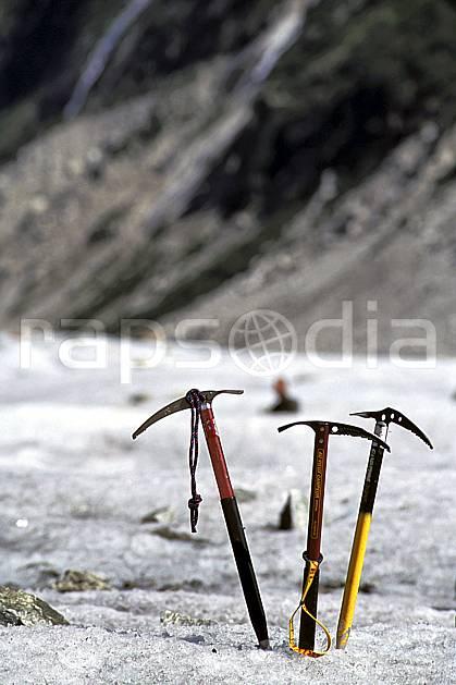 bb2502-30LE : Piolet, Mer de Glace, Massif du Mont Blanc, Haute-Savoie, Alpes. alpinisme Europe, CEE, sport, loisir, action, sport extrême, sport de montagne, glacier, piolet, C02, C01 haute montagne, matériel, personnage, Annecy 2018 (France).