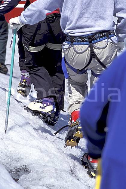 bb2503-29LE : Ecole de glace, Mer de Glace, Massif du Mont Blanc, Haute-Savoie, Alpes. alpinisme Europe, CEE, sport, loisir, action, sport extrême, sport de montagne, glacier, balade, piolet, C02, C01 gros plan, groupe, haute montagne, matériel, personnage, Annecy 2018 (France).