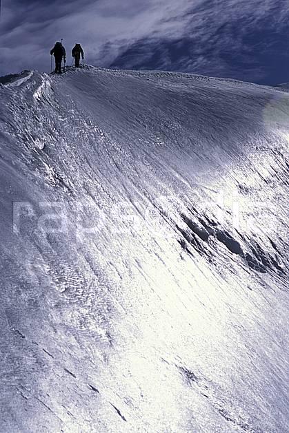 bb2506-34LE : Ascension des Dômes de Miage, Massif du Mont Blanc, Haute-Savoie, Alpes. alpinisme Europe, CEE, sport, loisir, action, sport extrême, sport de montagne, arête, ascension, complicité, confiance, contrejour, cordée, C02, C01 groupe, haute montagne, personnage, Annecy 2018 (France).