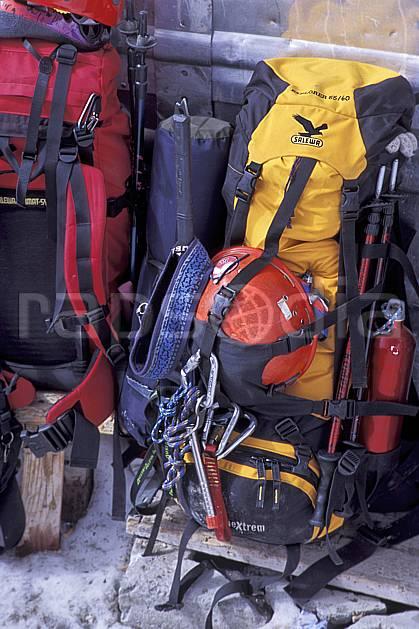 bb2510-28LE : Matériel d'alpinisme, Refuge du Goûter, Massif du Mont Blanc, Haute-Savoie, Alpes. alpinisme Europe, CEE, sport, loisir, action, sport extrême, sport de montagne, sac à dos, C02, C01 haute montagne, matériel, personnage, gros plan, Annecy 2018 (France).