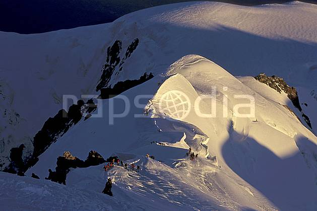 bb2513-29LE : Arête des Bosses, Mont-Blanc, Chamonix, Haute-Savoie, Alpes. alpinisme Europe, CEE, sport, loisir, action, sport extrême, sport de montagne, arête, ascension, C02, C01 groupe, haute montagne, personnage, Annecy 2018 (France).