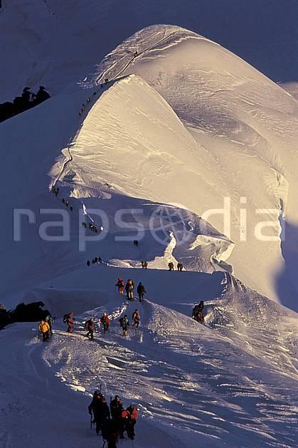 bb2513-33LE : Arête des Bosses, Mont-Blanc, Chamonix, Haute-Savoie, Alpes. alpinisme Europe, CEE, sport, loisir, action, sport extrême, sport de montagne, arête, ascension, C02, C01 groupe, haute montagne, personnage, Annecy 2018 (France).